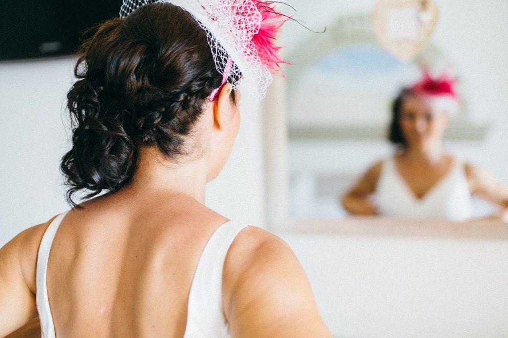 A woman weaing a wedding fascinator